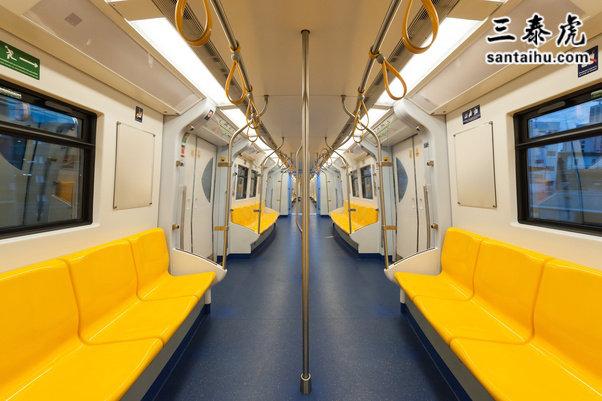 地铁车厢内部