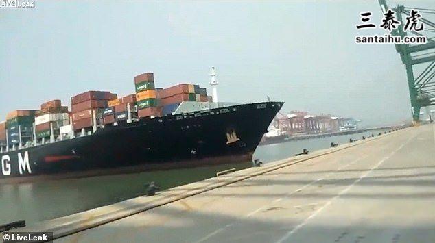印度集装箱巨轮撞上码头
