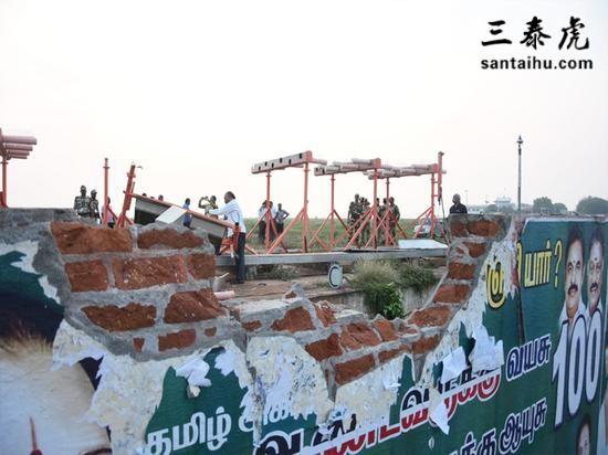 印度航空一架飞机起飞,轮胎把机场一建筑墙体撞坏