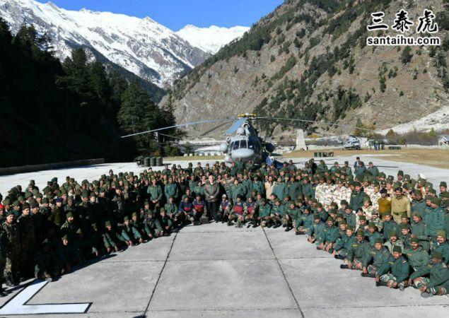 莫迪总理和印度士兵一起庆祝排灯节