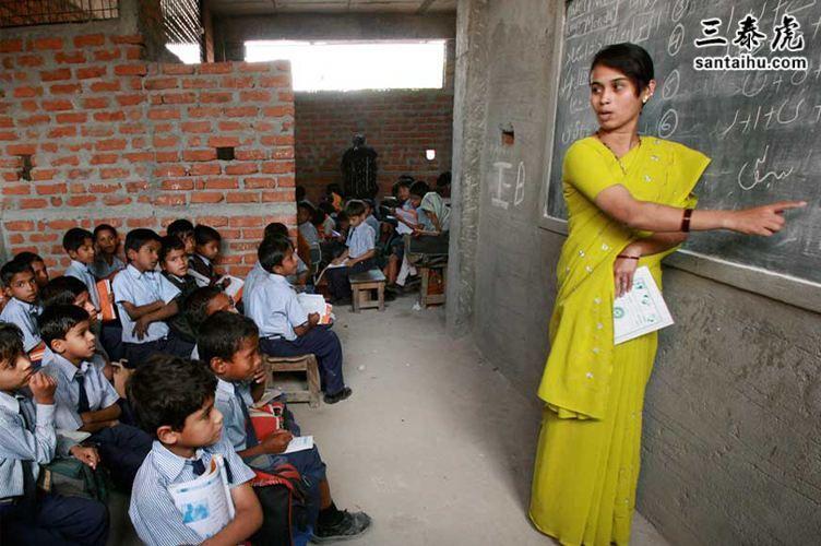 印度老师在教室给学生上课